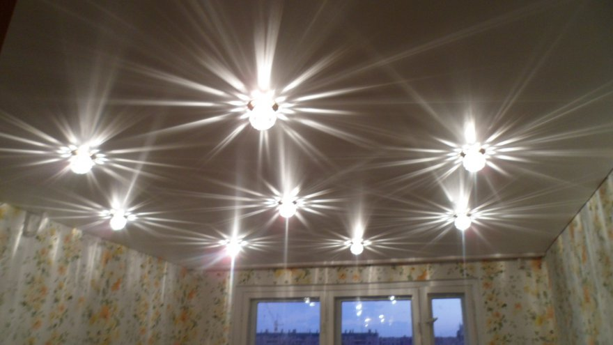 Светильники в натяжных потолках в комнате фото